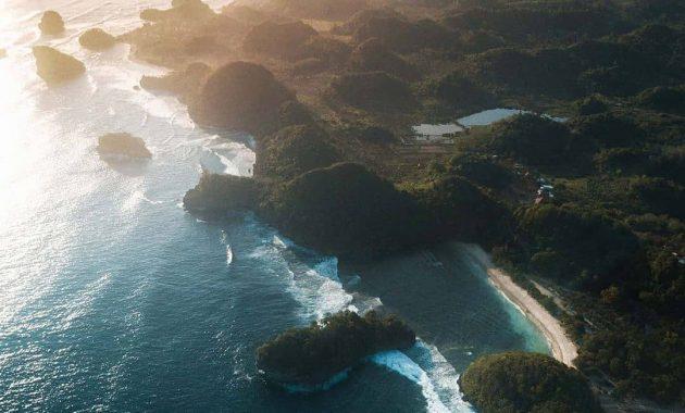 Pantai Teluk Asmara Pantai Yang Dikenal Sebagai Raja Ampatnya Jawa Timur