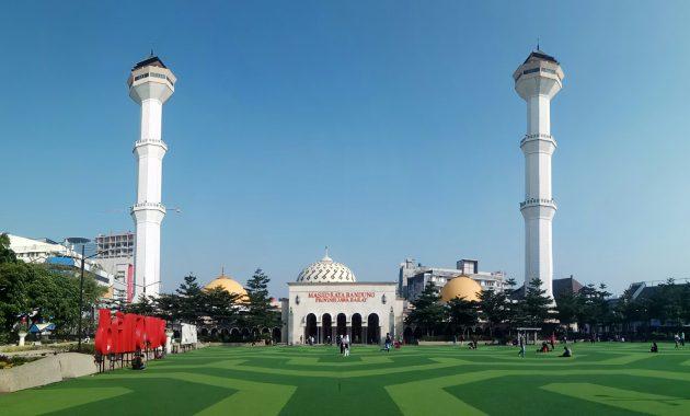 Berkunjung Ke Masjid Raya Bandung Yang Indah